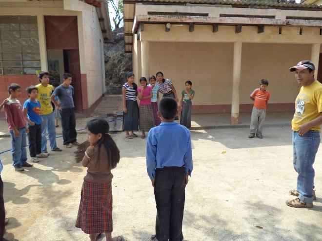 Gregorio con los estudiantes de la Escuela Primaria de Pachitulul